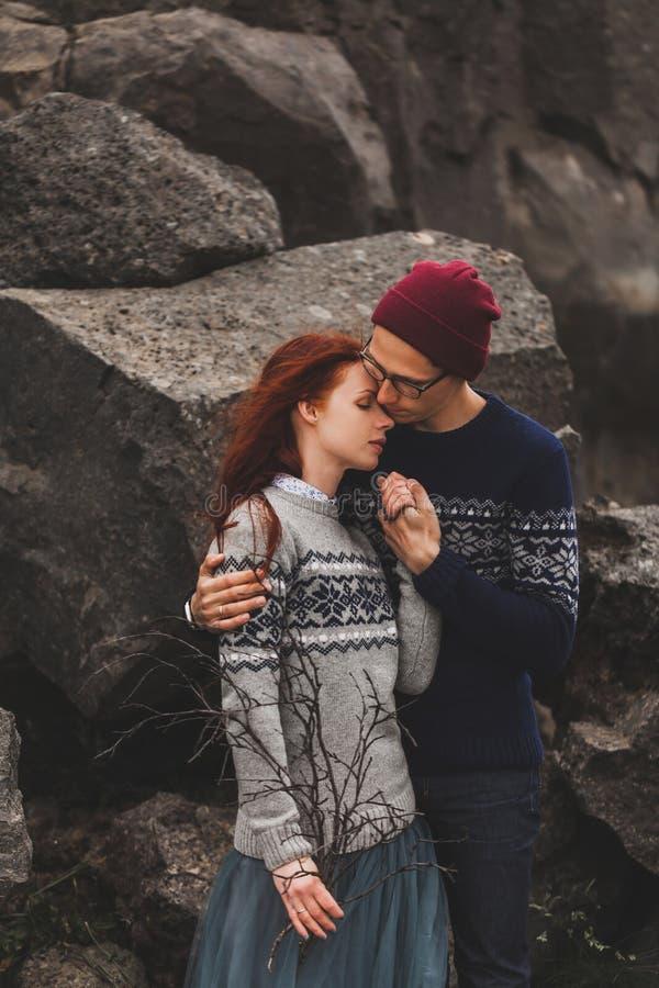 Ritratto di una giovane coppia di hipster che si bacia e si abbraccia insieme fotografie stock