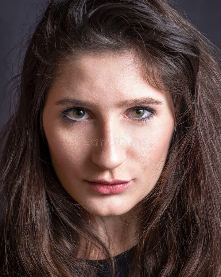 Ritratto di una giovane donna fotografia stock