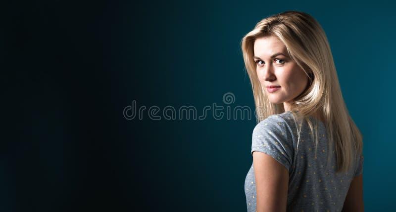 Ritratto di una giovane donna immagine stock