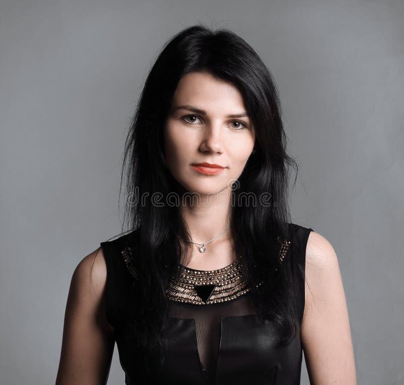 Ritratto di una giovane donna alla moda in un vestito nero immagine stock