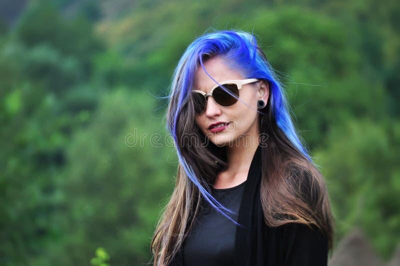 Ritratto di una giovane donna attraente fotografia stock libera da diritti