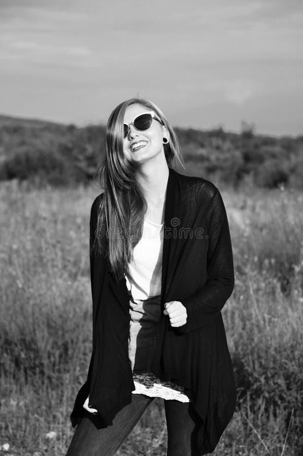Ritratto di una giovane donna attraente fotografia stock