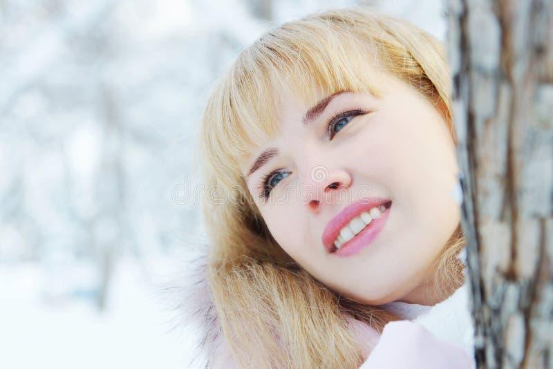 Ritratto di una giovane donna bionda dai capelli lunghi sveglia nell'inverno immagine stock