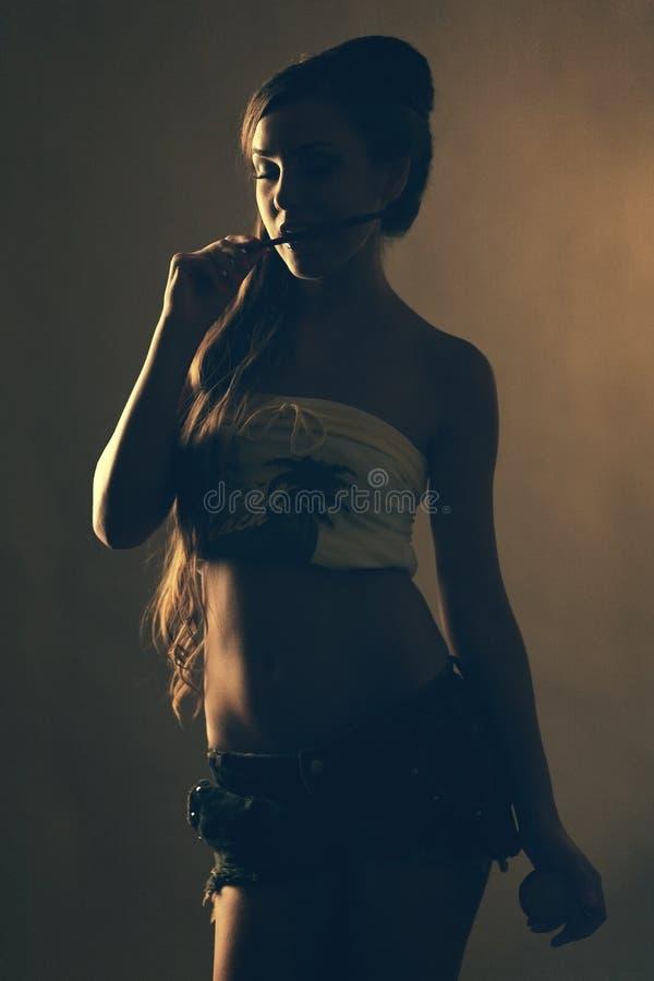 Download Ritratto Di Una Giovane Donna Che Morde Una Spazzola Di Trucco Fotografia Stock - Immagine di bello, ritratto: 30826414