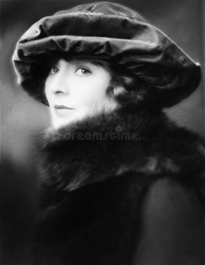Ritratto di una giovane donna che porta un cappello e una stola di pelliccia (tutte le persone rappresentate non sono vivente più fotografia stock libera da diritti