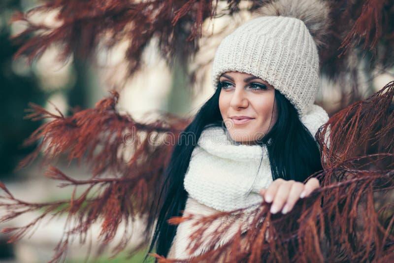 Ritratto di una giovane donna che porta un cappotto e un cappello fotografia stock libera da diritti