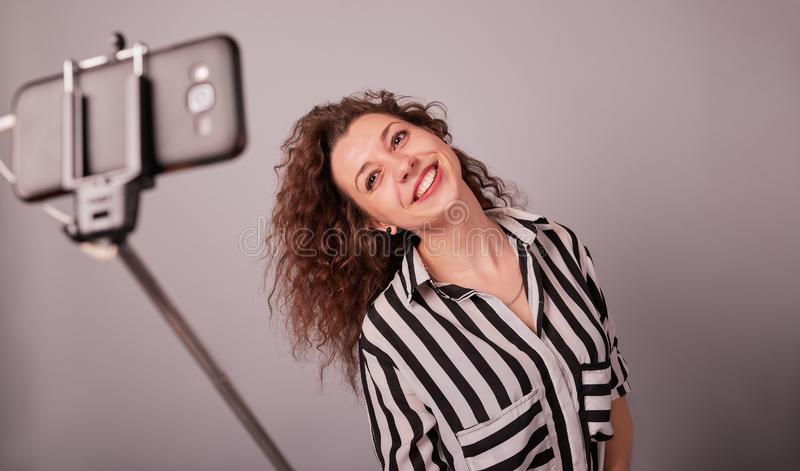 Ritratto di una giovane donna che prende la foto del selfie sullo smartphone immagini stock
