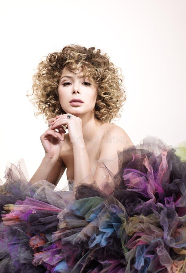 Ritratto di una giovane donna con lo sguardo sensuale Bello trucco di nudo e dei capelli ricci immagine stock libera da diritti