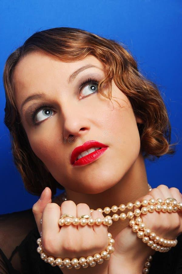 Ritratto di una giovane donna elegante di trazione immagini stock