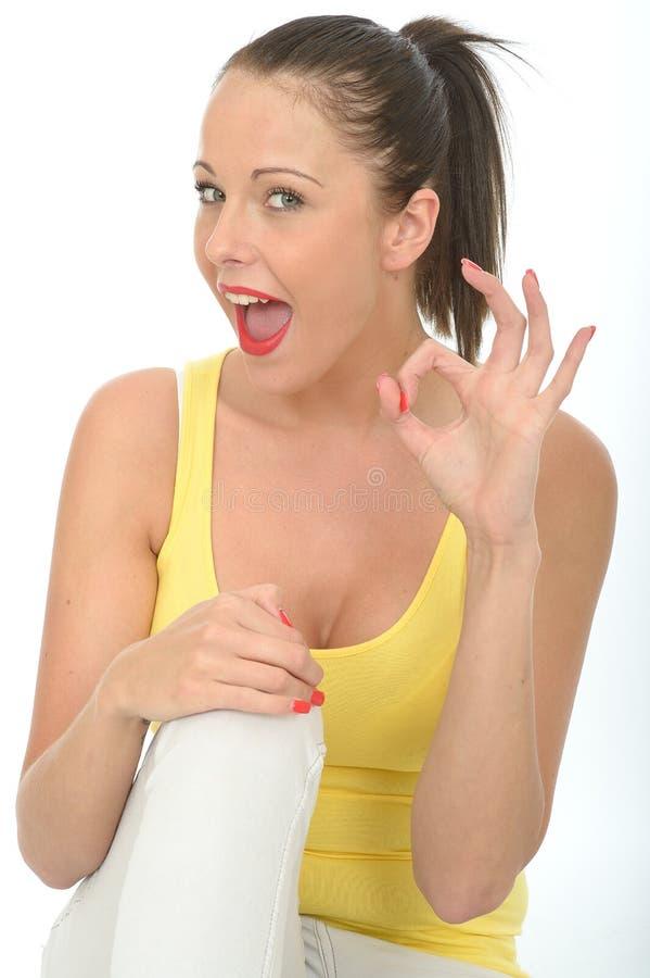 Ritratto di una giovane donna felice che dà segno GIUSTO immagine stock
