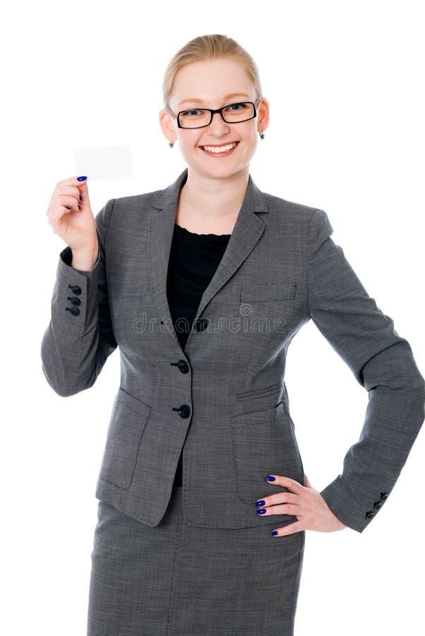 Ritratto di una giovane donna felice con il biglietto da visita fotografia stock libera da diritti