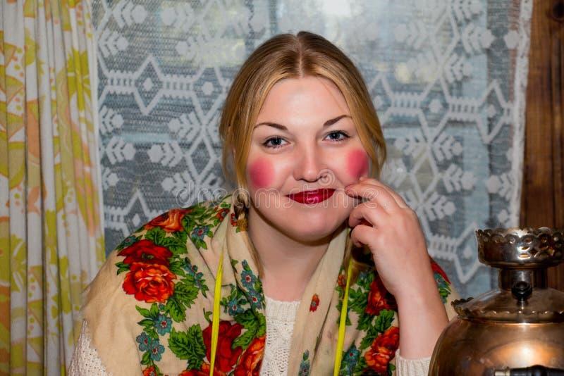 Ritratto di una giovane donna in foulard tradizionale fotografia stock
