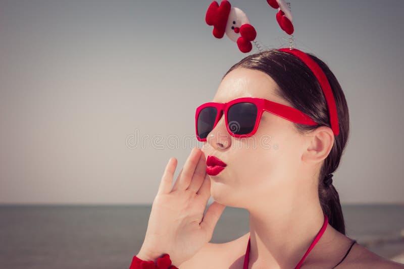 Ritratto di una giovane donna graziosa in attrezzatura di tema di natale immagini stock libere da diritti