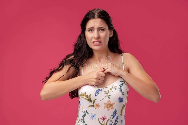 Ritratto di una giovane donna graziosa in una condizione leggera del vestito sul fondo rosa in studio Emozioni sincere della gent fotografia stock