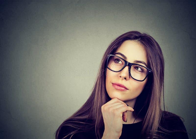 Ritratto di una giovane donna nel pensiero di vetro immagini stock libere da diritti