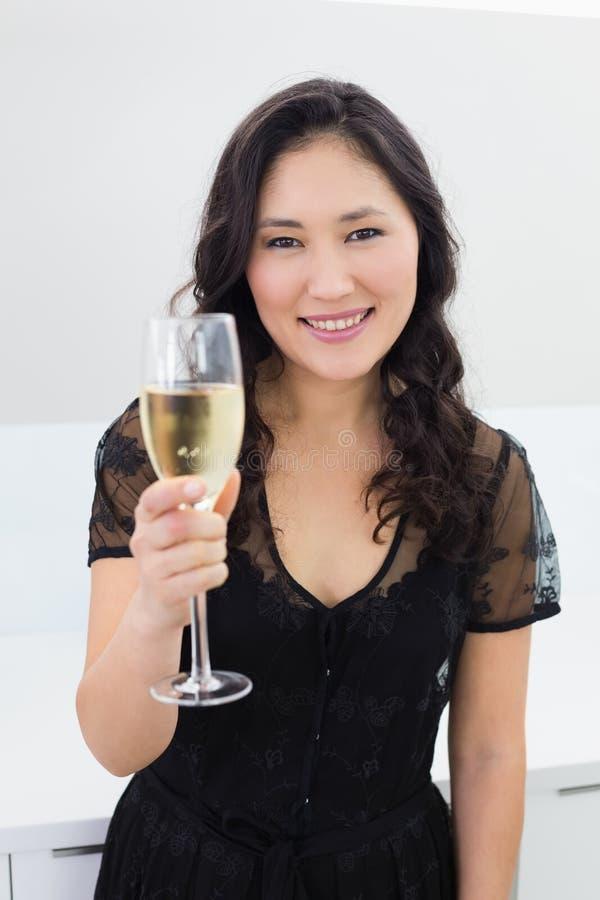 Ritratto di una giovane donna sorridente con champagne immagine stock