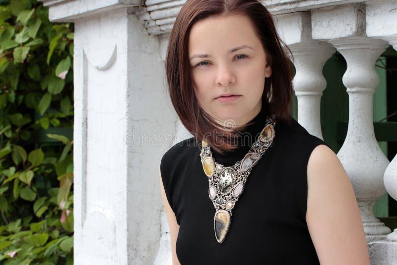 Ritratto di una giovane donna sulla via immagini stock
