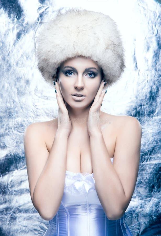 Ritratto di una giovane donna in vestiti di inverno immagini stock libere da diritti