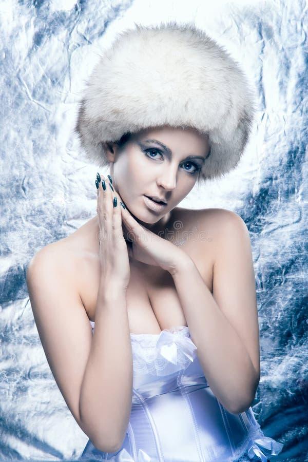 Ritratto di una giovane donna in vestiti di inverno immagini stock