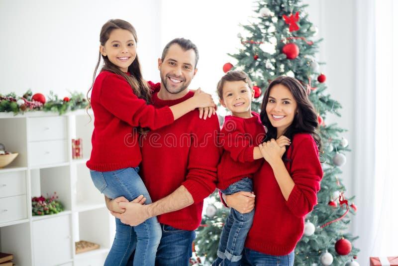 Ritratto di una grande famiglia allegra mamma papà scolaro figlio con i capelli di una brunetta goditi le natiche di natale in ca fotografia stock libera da diritti