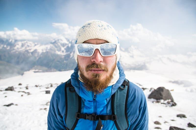 Ritratto di una guida barbuta che indossa un cappello e gli occhiali da sole fotografie stock libere da diritti