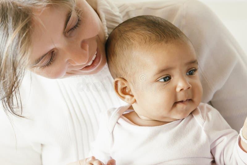 Ritratto di una madre con il suo bambino a casa fotografia stock