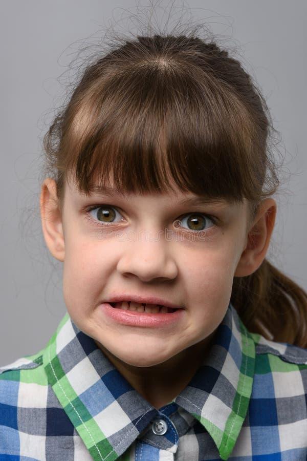 Ritratto di una malvagia bambina di dieci anni di apparenza europea, ravvicinata fotografia stock libera da diritti