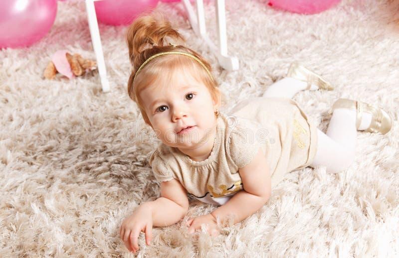 Ritratto di una neonata sveglia fotografia stock