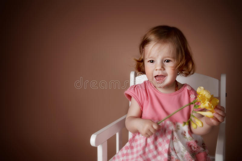 Ritratto di una neonata sveglia con il fiore immagini stock libere da diritti