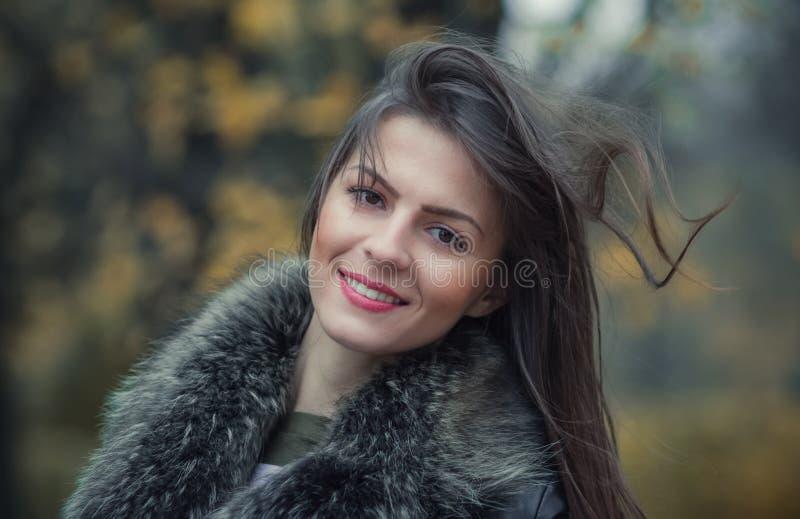 Ritratto di una pelliccia d'uso della giovane donna di sorriso immagine stock