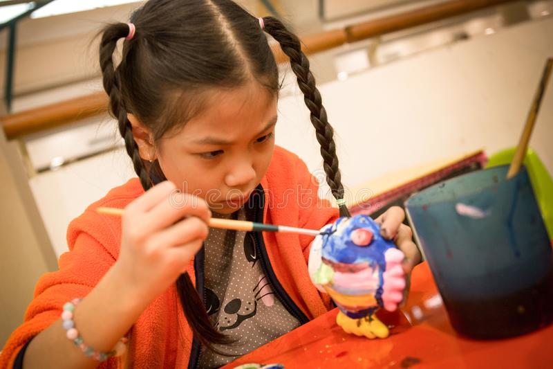Ritratto di una pittura adorabile della bambina fotografia stock