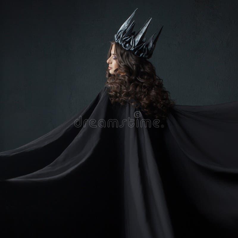 Ritratto di una principessa gotica Regina gotica Immagine su Halloween Giovane bella donna nel nero immagini stock libere da diritti