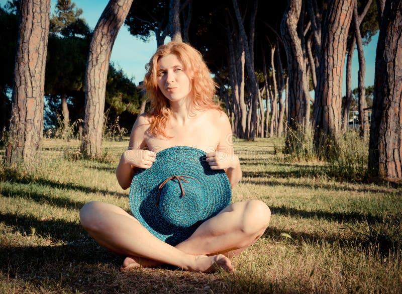 Ritratto di una ragazza abbastanza dai capelli rossi con il cappello fotografia stock libera da diritti