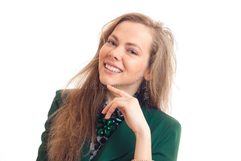 Ritratto di una ragazza affascinante che sorride e esamina una macchina fotografica isolata su un fondo bianco fotografie stock