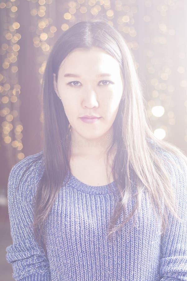 Ritratto di una ragazza asiatica alla luce fotografie stock libere da diritti