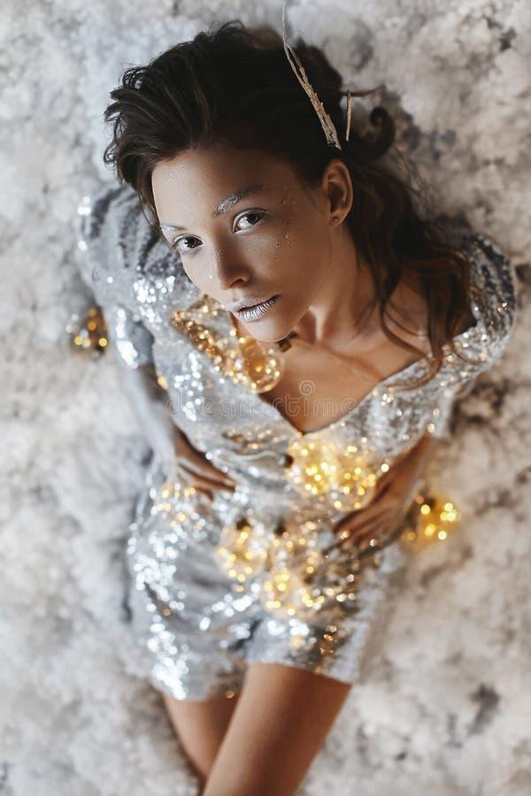 Ritratto di una ragazza castana del bello modello con trucco e l'acconciatura di arte di fantasia immagine stock libera da diritti