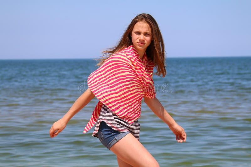 Ritratto di una ragazza che cammina di estate sulla spiaggia immagini stock libere da diritti