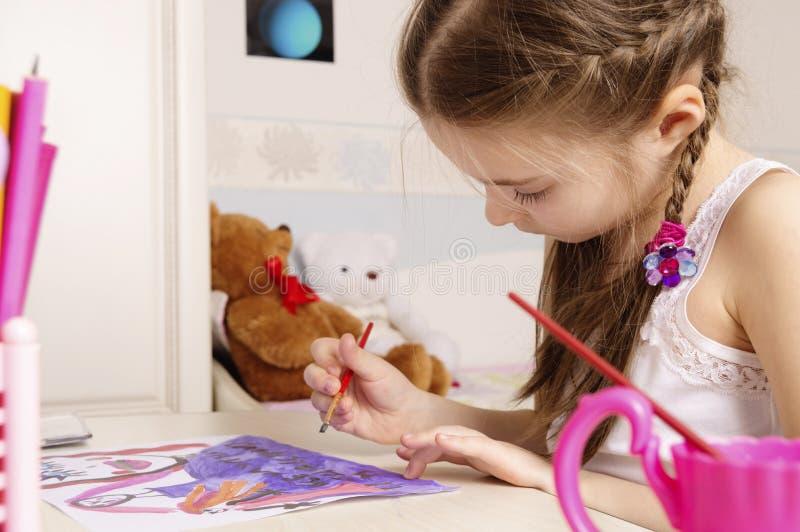 Ritratto di una ragazza che disegna un 39 immagine nella sua - Immagine di una ragazza a colori ...