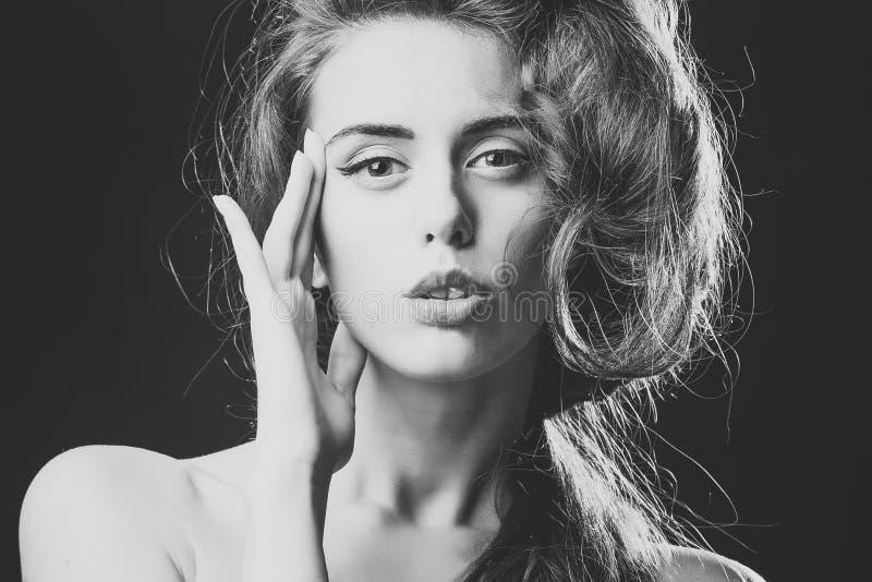 Ritratto di una ragazza che sta esaminando la macchina fotografica Donna con taglio di capelli alla moda fotografia stock