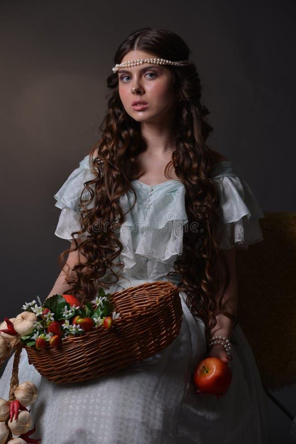 Ritratto di una ragazza con frutta fotografia stock libera da diritti