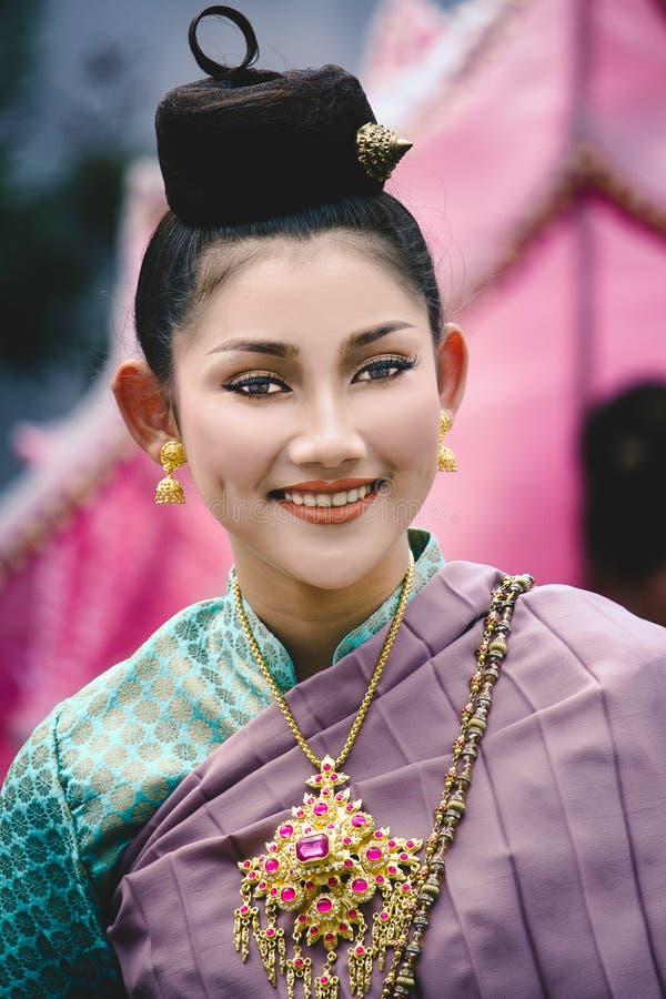 Ritratto di una ragazza con il costume tradizionale tailandese al festival dell'Asia Africa immagine stock