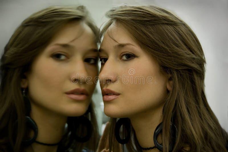 Ritratto di una ragazza con la riflessione in uno specchio immagine stock libera da diritti