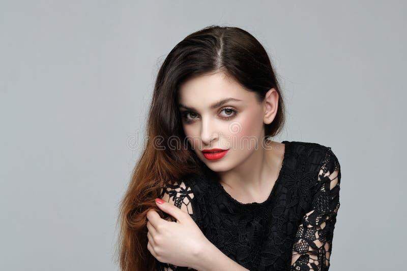 Ritratto di una ragazza con un bello trucco e chi ha hai lungo fotografia stock