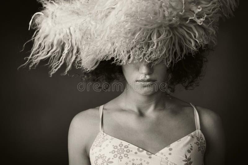 Ritratto di una ragazza con un cappello di pelliccia immagine stock libera da diritti