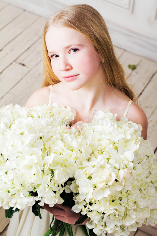 Ritratto di una ragazza con un grande mazzo dei fiori fotografie stock libere da diritti