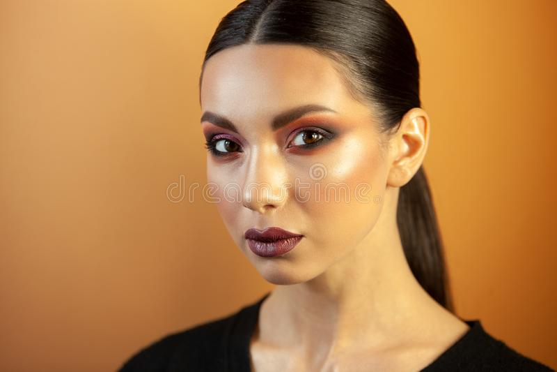 Ritratto di una ragazza dell'aspetto asiatico europeo con trucco fotografia stock libera da diritti
