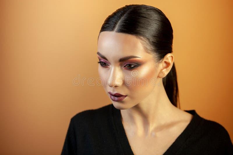Ritratto di una ragazza dell'aspetto asiatico europeo con trucco fotografie stock