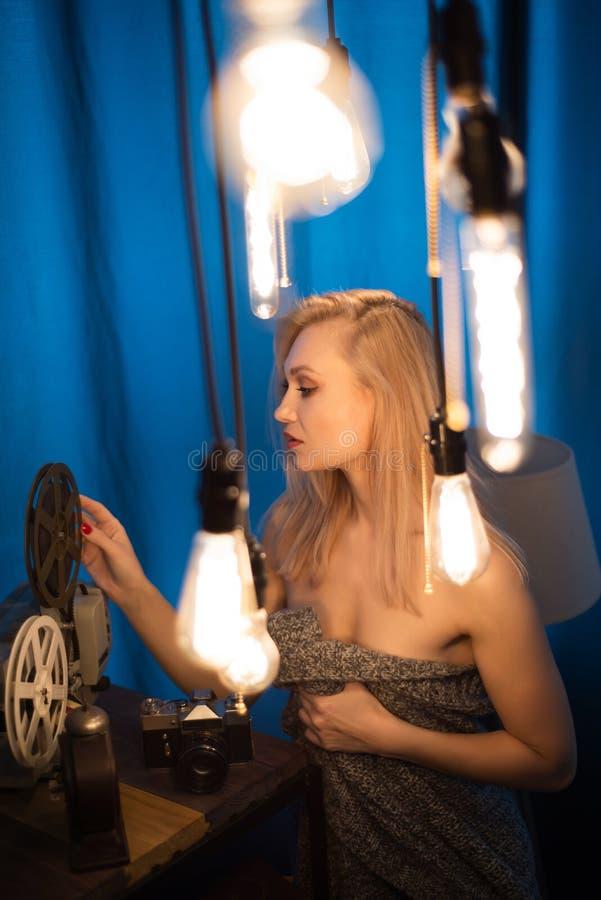 Ritratto di una ragazza fra una lampada di edison fotografia stock