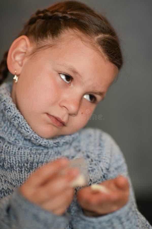Ritratto di una ragazza malata sveglia che prende le medicine fotografia stock libera da diritti