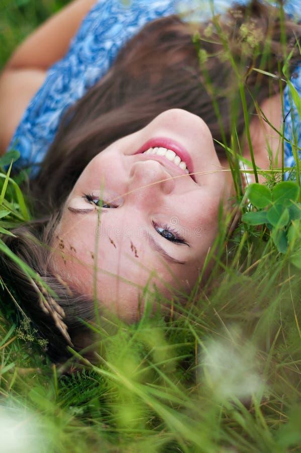 Ritratto di una ragazza nell'erba fotografie stock